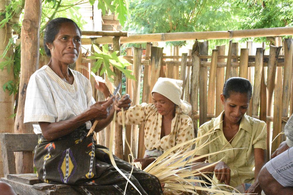Women weaving in Makili