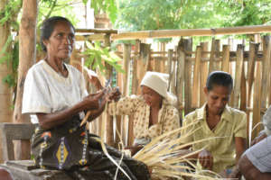 Women weaving in Makili
