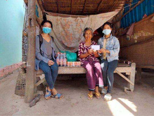 Jakkrya & Rina delivering food to poor families