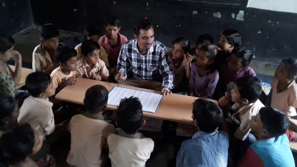 Manohar using GKP kit in the classroom