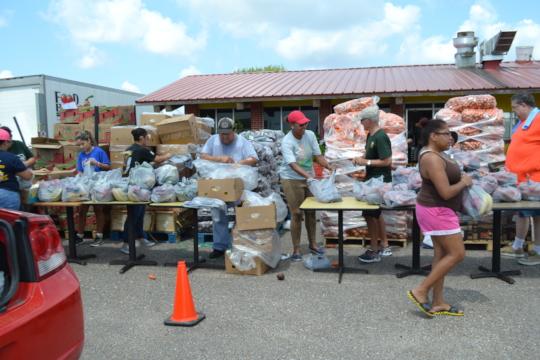 FBRGV and volunteers preparing to distribute food.