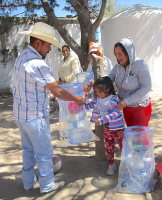 Delivering ceramic filters in La Vaciada