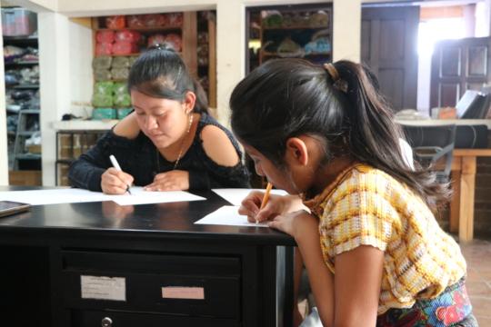 Dolores y Julisa escribiendo palabras en Tz