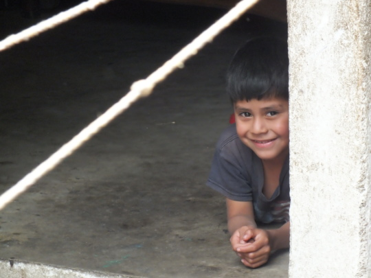 A younger Manuel watching his mother at the loom