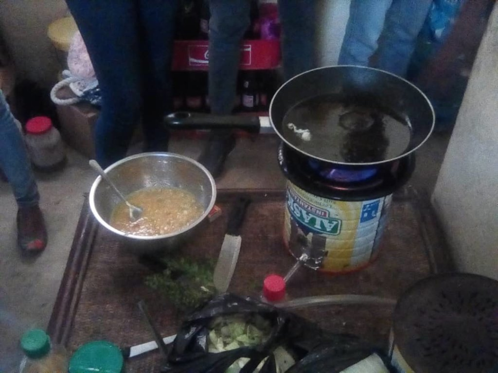 Cooking on a simple biogas stove