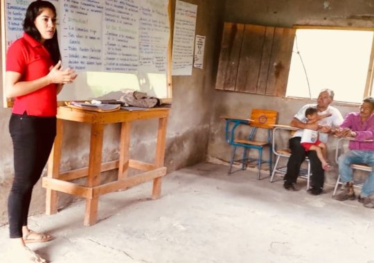 Gloria presenting Mesa Comunitaria in Majada Verde
