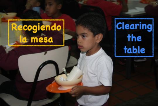 Clearing the table / Recogiendo la mesa