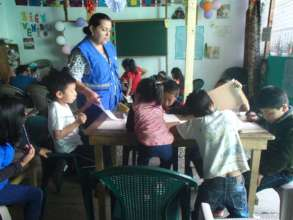 Licenciada Virginia in class with the little ones