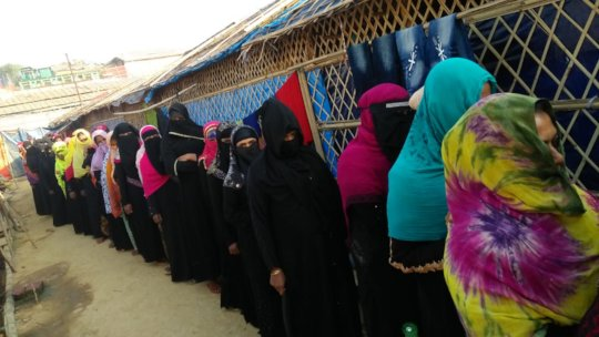 Women Refugees line up to receive blankets