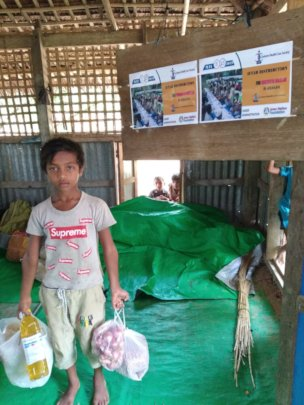 A child with Relief goods