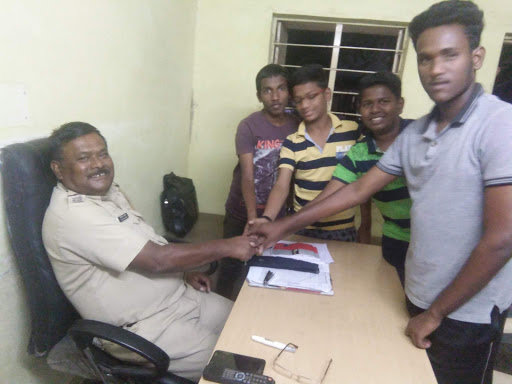 Boys discuss about AfE with local police officer