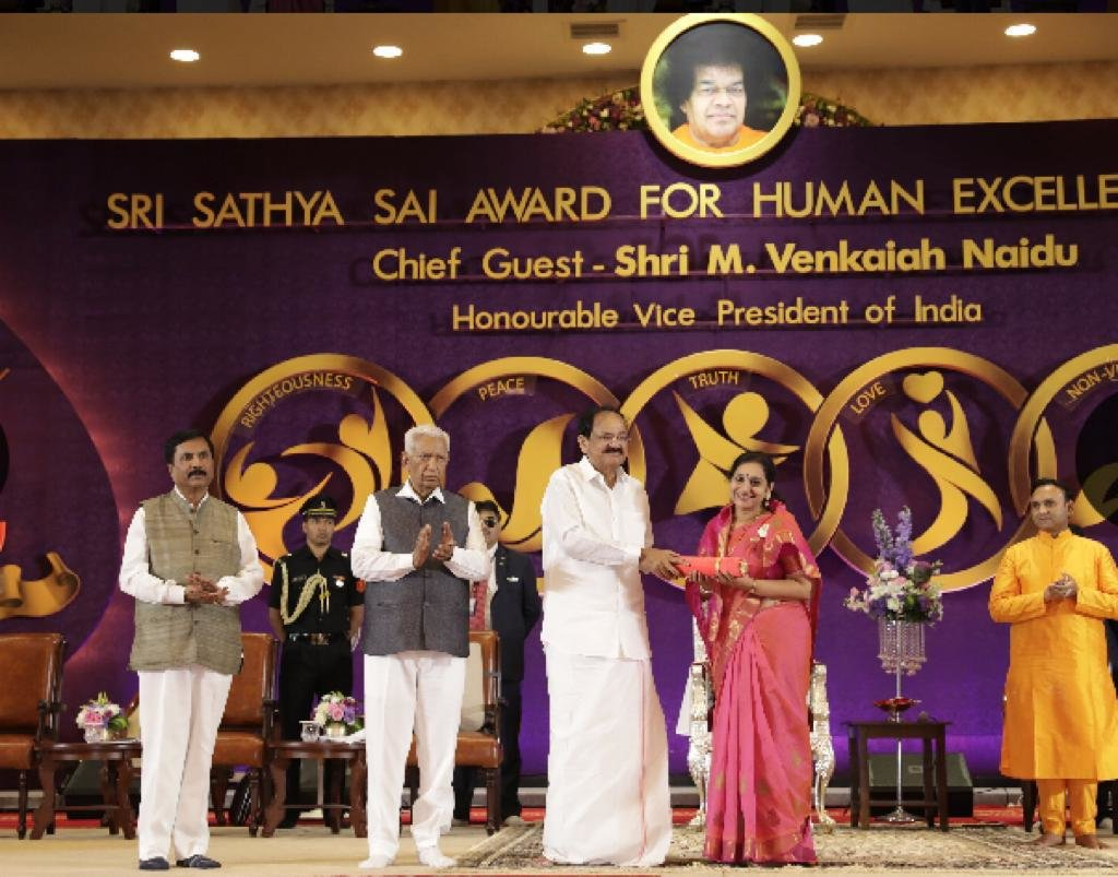 Dr Ambika Kameshwar receiving an award .