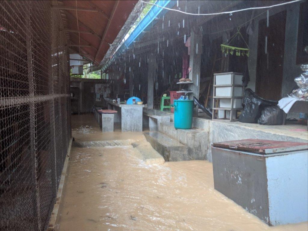 Rising river in volunteer housing area