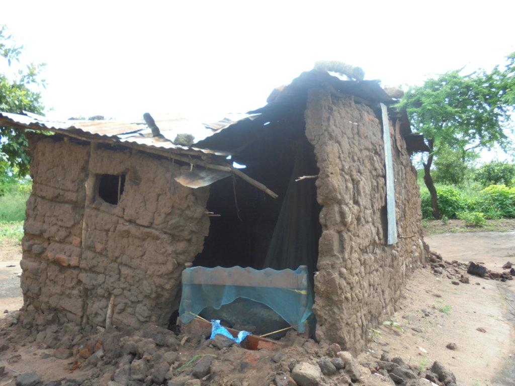 Rebuild hut for Vera and her 10 grandchildren