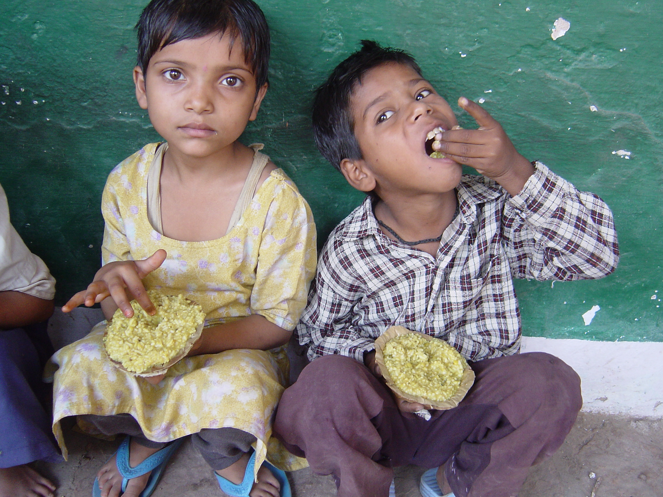 School age children, responsible for watching their younger siblings during the day, often bring the youngsters with them to school. Akshaya Patra provides meals to these children too, providing support to the entire family and relieving the parents burden