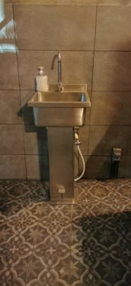 Washing sink with pedal