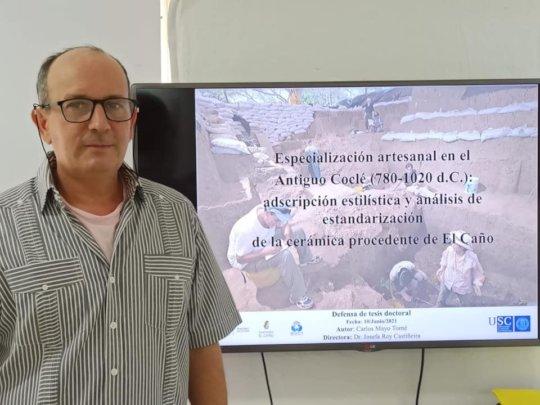 Carlos Mayo defending his doctoral thesis.