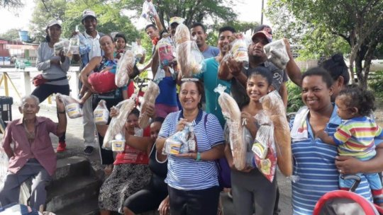 Migrant Families Get Food at Colombian Border.