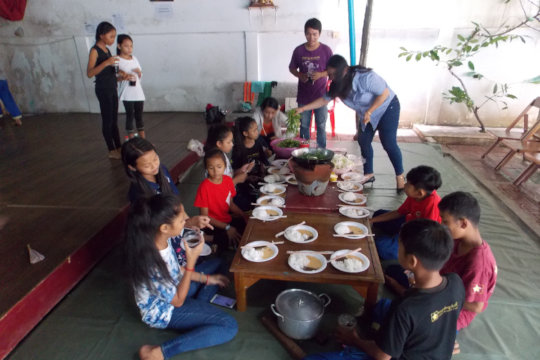 Students enjoying lunch at Champey