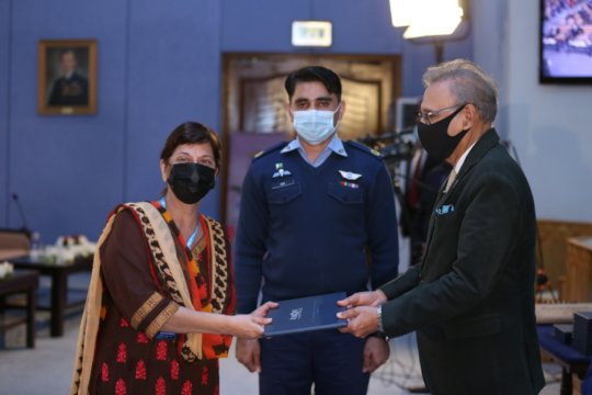 Dr. Mubina receives award from President of Pak