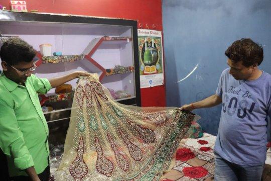 Raees showcasing his Zardozi skills at his home
