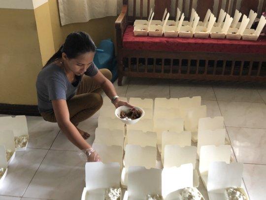 Preparing food packs