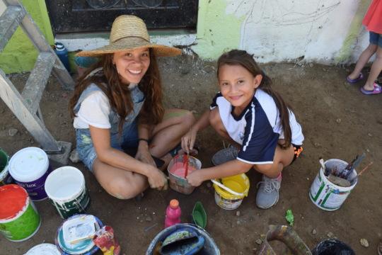 Kids help colombian artist Arboleda