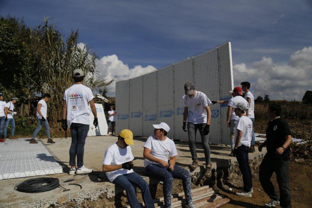 Volunteers working on the walls !