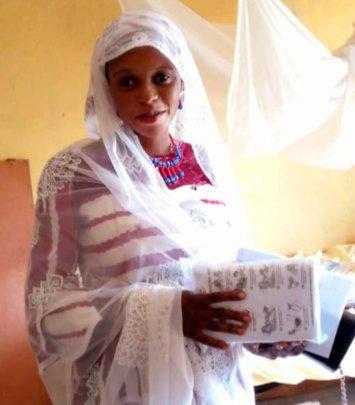 A pregnant women received her Lifesaving Kit