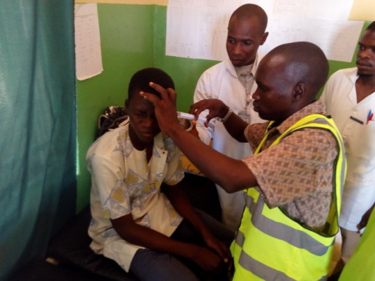 A volunter treating patient at Doruwa clinic