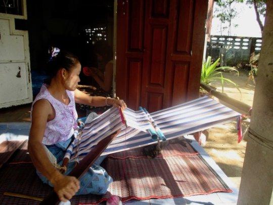 Back-strap weaving by Daw Naw. photo: Thera Cho