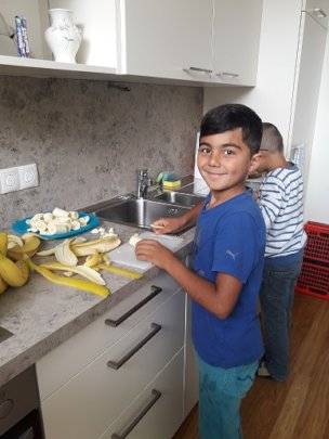 Lerncafe students preparing the healthy snack