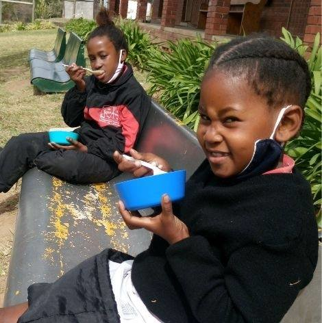 Younger learners enjoying their lunch.