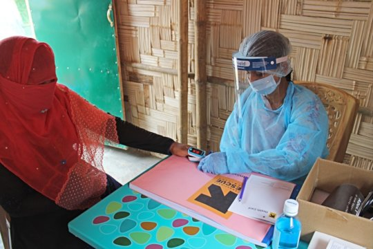 IRC midwife conducts client checkup in Bangladesh