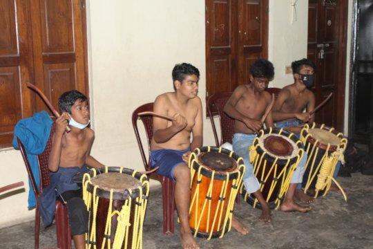 children practising chenda