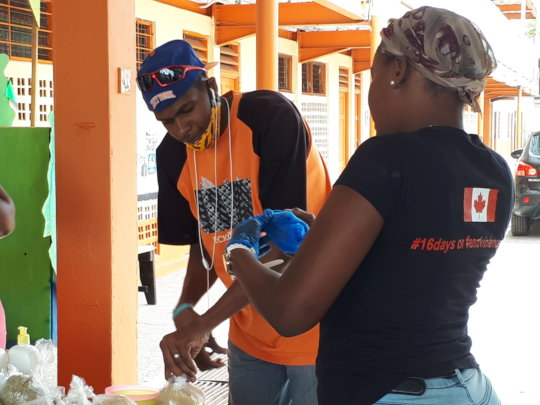 Volunteers measuring non perishable food.