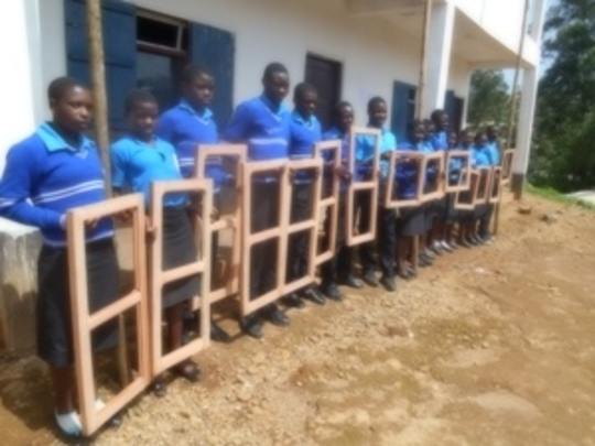 Studentes lined up with the sarches to be fitted.