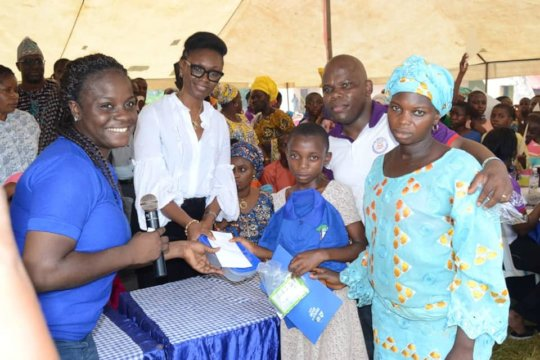 First Lady, Ogun State presenting Prize to winner