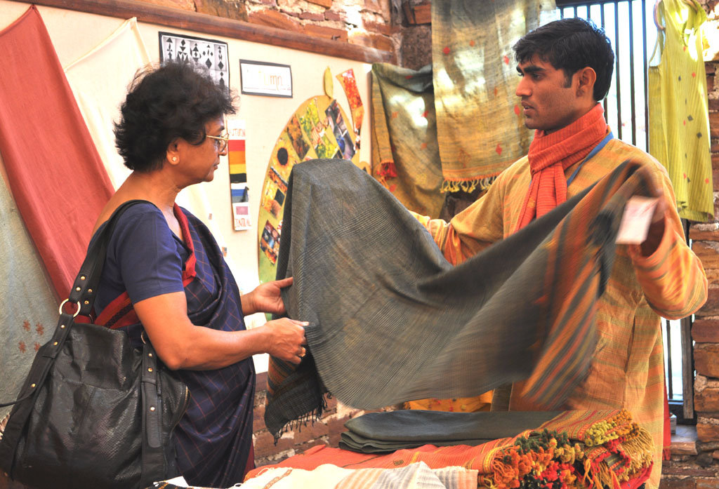 Jayantibhai sells to Crafts Council President
