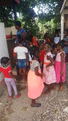 Children waiting for Chili Kabrit meals (Dec)