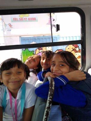 Las ninas felices de regreso de la escuela.