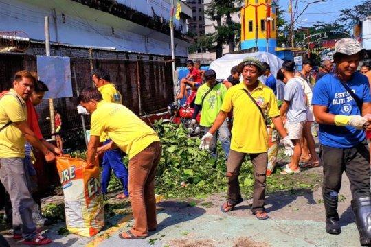 The Community participates in the Estero Clean -Up