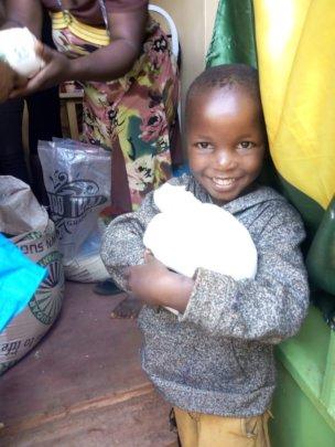Distribuicao de cesta basica para as familias.