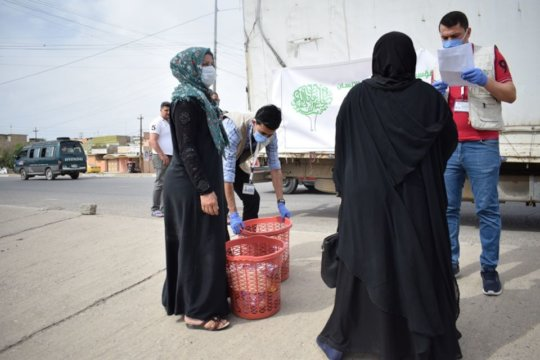 Jiyan staff delivers food baskets in Mosul