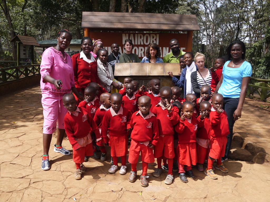 Group picture with children, teachers & volunteers