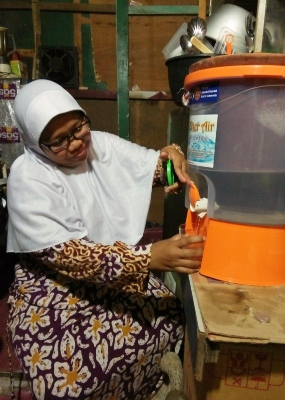 Aminah and her family enjoy their water filter pot