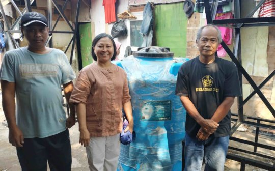Mamat (L) and Wardi (R) with new water tank