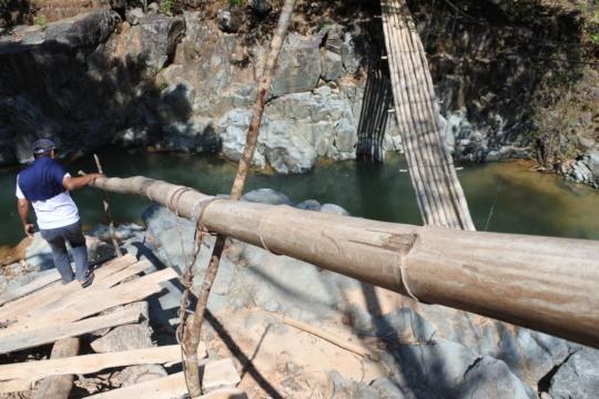 Improvised hanging bridge to reach the site.