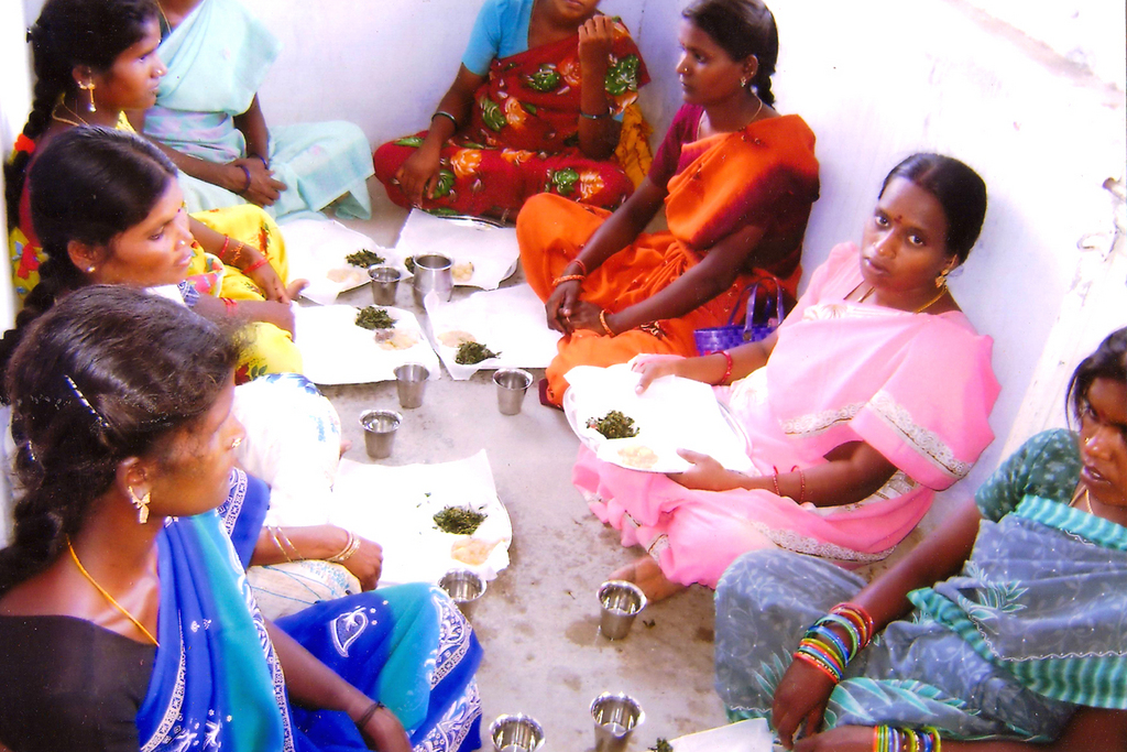 pregnant women read to eat healthy noon meal