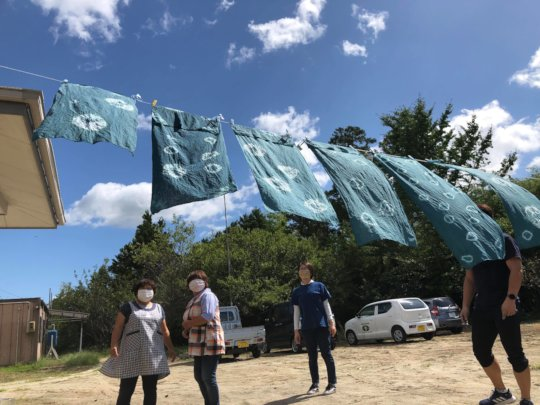 Drying the clothes dyed by indigo